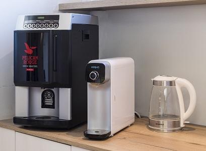 Saqua naast koffiemachine wb